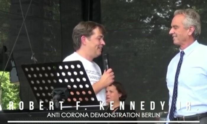 Robert Kennedy jr durante il suo memorabile discorso a Berlino nell'agosto 202o davanti a 10mila persone